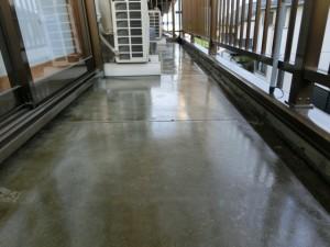 プライマー塗布後のベランダ床
